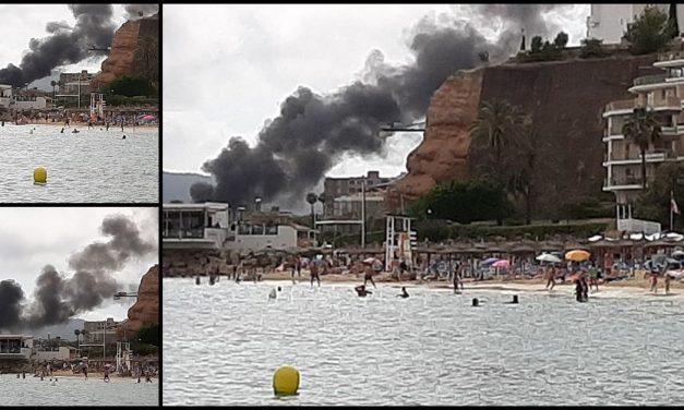 Zwei Boote in Puerto Portals in Flammen
