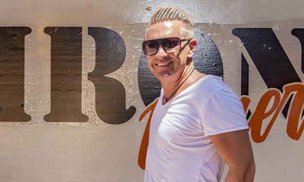 Stefan Stürmer – Der singende Fußballer stürmt die Insel
